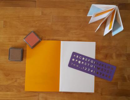 carnet, encres et pochoir alphabet