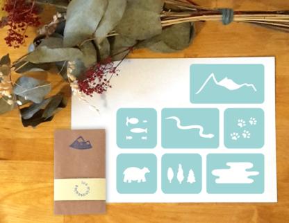 papeterie créative pochoirs noël montagne, poisson, serpent, traces, ours, lac, sapin, montagne,