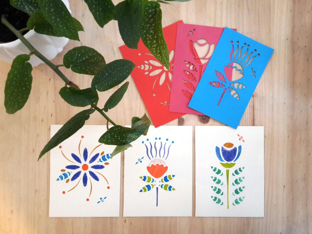Cartes de voeux motifs fleurs et pochoirs