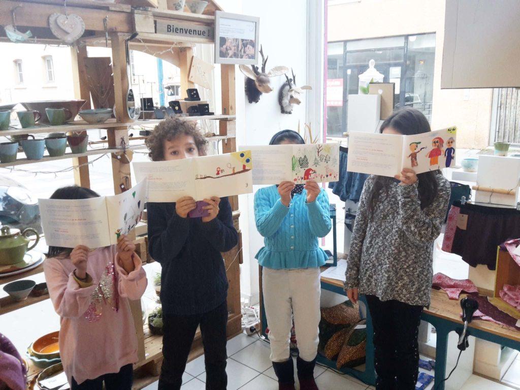 Ateliers créatifs à Lyon : présentation des livres terminés de l'atelier par les enfants
